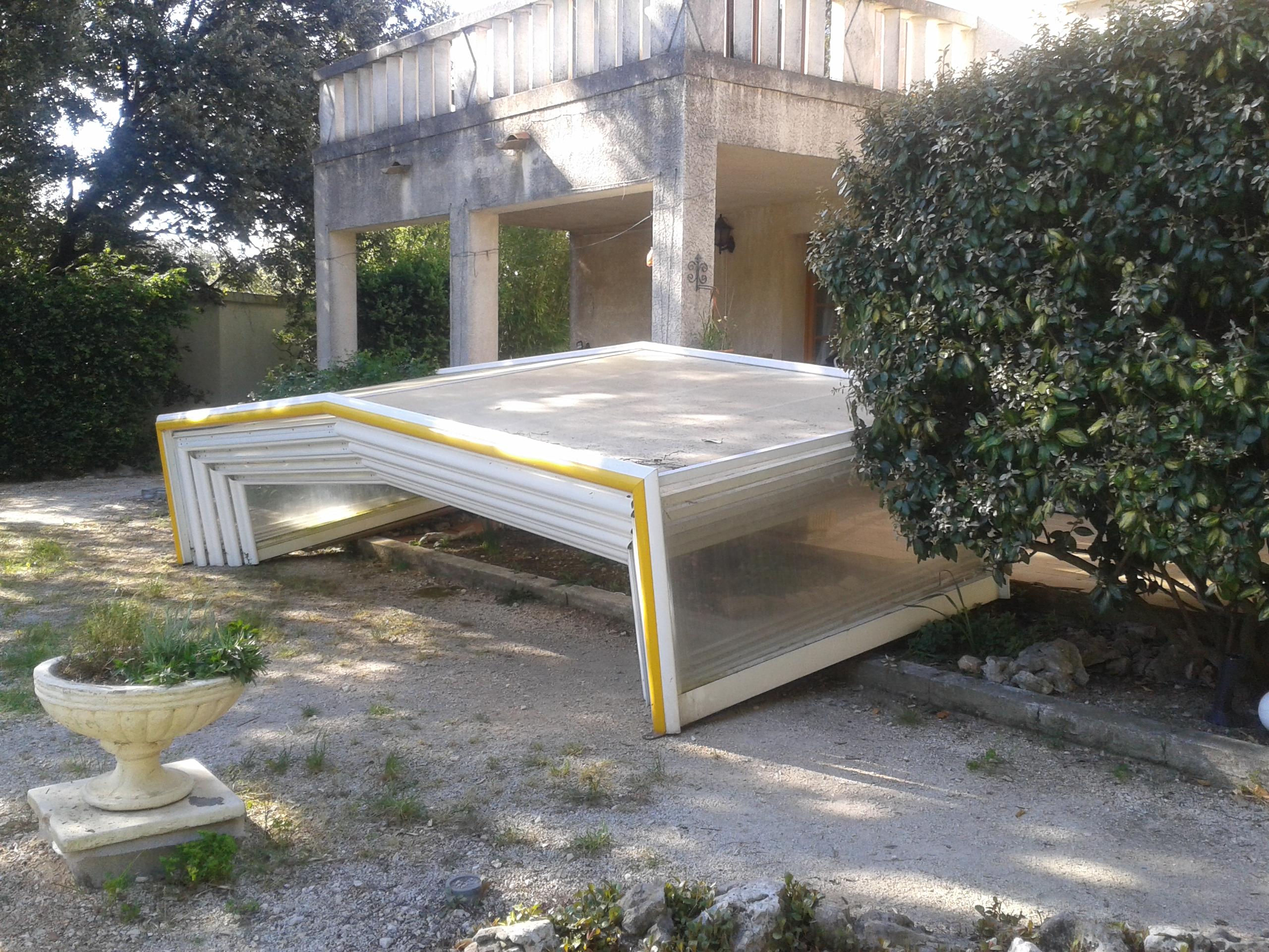 quelques abris avant r parations erys services. Black Bedroom Furniture Sets. Home Design Ideas